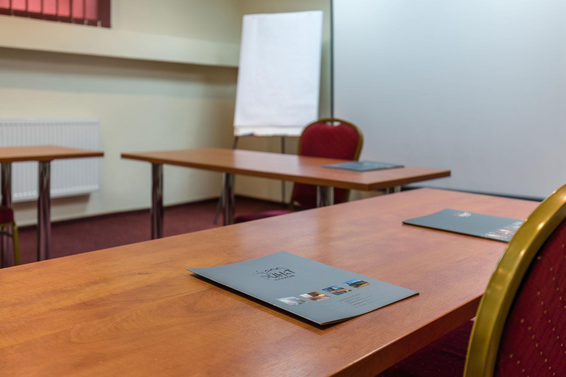 Zbliżenie na biurko konferencyjne w hotelu Boruta
