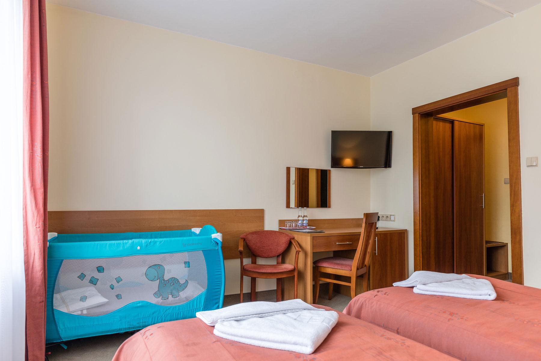 Dziecięce łóżeczko w Hotelu Boruta